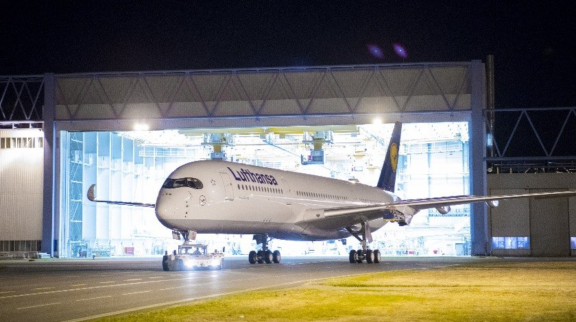 the-first-a350-900-in-lufthansa-colours1