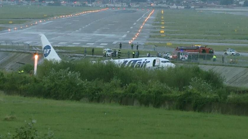 utair boeing 737 skids off the runway and slids into riverbed